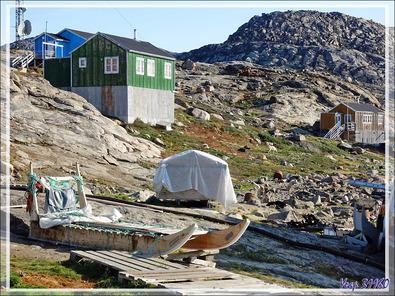 De loin, le village est idyllique, mais de près la réalité est tout autre, entre détritus partout et chiens itou - Kullorsuaq - Groenland