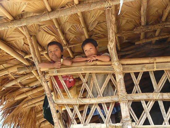les enfants se mettent au balcon pour regarder les étrangers