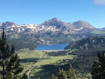 Vers le Nord, le lac des Bouillouses au pied des Pics Péric