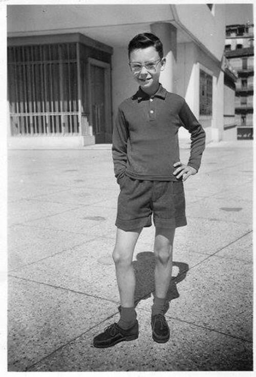 L'image contient peut-être: 1 personne, sourit, debout, chaussures et barbe