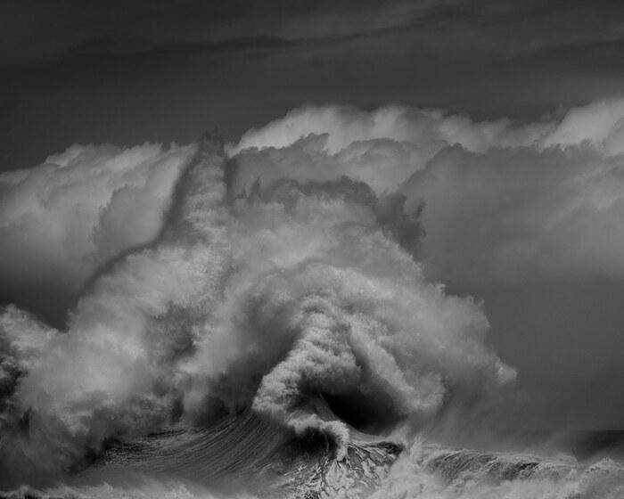 Interview: l'adoration du photographe pour l'océan capturée dans des portraits de vagues imposantes