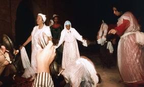 Habitée par le génie blanc Moulay Abd el Kader el Jilani, l'ethnologue Viviana Pâques danse au cours d'une cérémonie gnawa à Tameslouht, Maroc, 1995 ©Jean-Luc Manaud / Gamma-Rapho