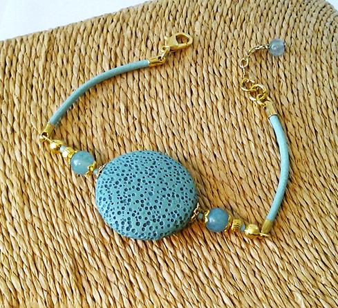 Bracelet Pierre de Lave teintée bleu lentille 25mm, Quartz teinté bleu / Cordon cuir, Plaqué or et métal doré