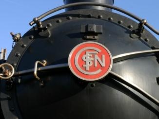 Logo SNCF sur une locomotive à vapeur