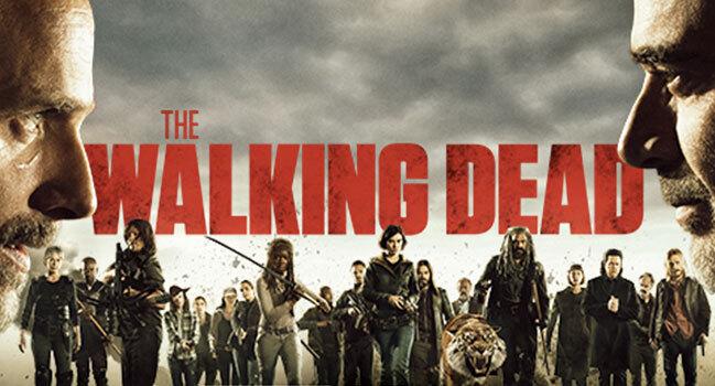 Le final de mi-saison en décembre dernier nous laissait avec un Carl mourant car mordu par un zombie. Tous les fans de la série avaient été pris de court, les scénaristes s'éloignant totalement de l'oeuvre originale qu'ils suivaient pourtant de plus ou moins près ! Après le choc de la nouvelle, les théories ont fusé : Carl pourrait-il être immunisé ? A-t-il une chance de survie ? Cette mort semblait improbable et sortie de nulle part.  Mais cet événement pourrait-il être le tournant qui marquera le renouveau de la série ?  Cette saison 8 de The Walking Dead a fait des scores plus que moyens aux Etats-Unis. Il est probable que les téléspectateurs étaient lassés de la tournure que prenait l'intrigue principale. Depuis la mort de Glenn et Abraham en début de saison 7, les personnages semblent embourbés dans des situations plus difficiles à chaque épisode. Tout le monde se demandait si la guerre prendrait fin un jour. ...