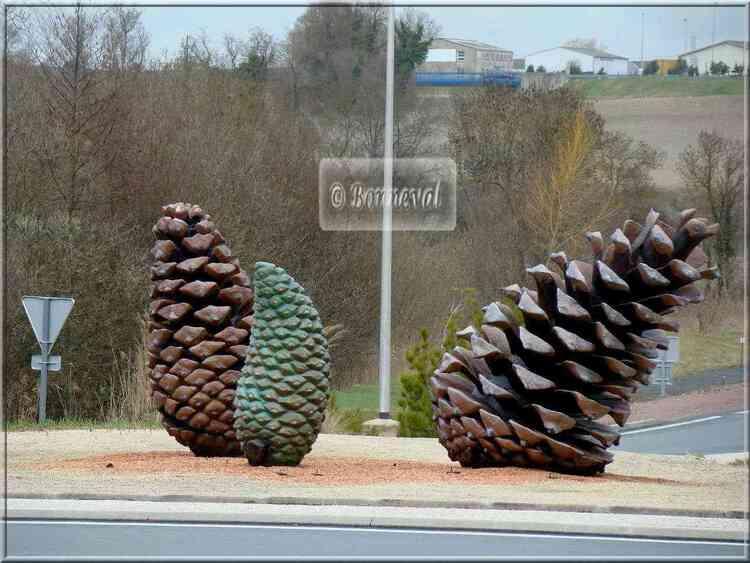 Rond-point Saint-Georges-de-Didonne les pommes de pin J.L.Plé Charente-Maritime