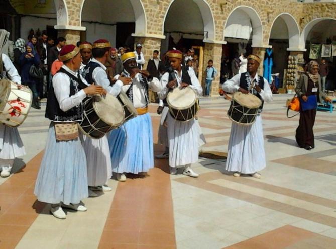 Groupe de joueurs de Tambours et de Zokra à l'occasion du festival international des Ksours Sahariens