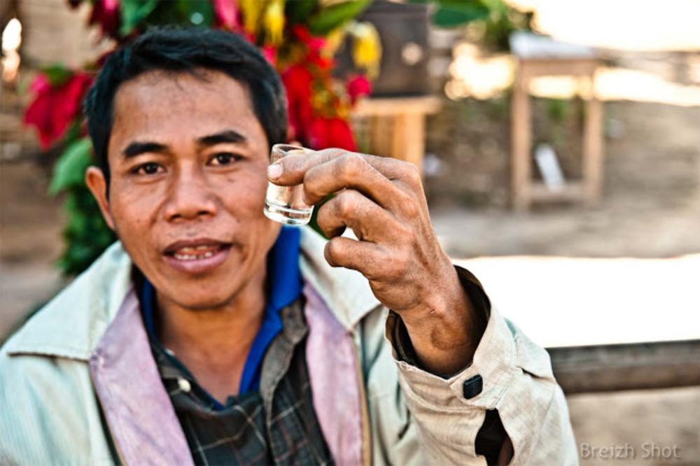 Villageois Kamu de Ban Bompeang : L'alcool de riz