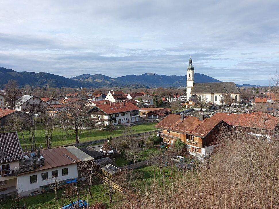 Lenggries - Sicht auf Kirche St. Jakob.JPG