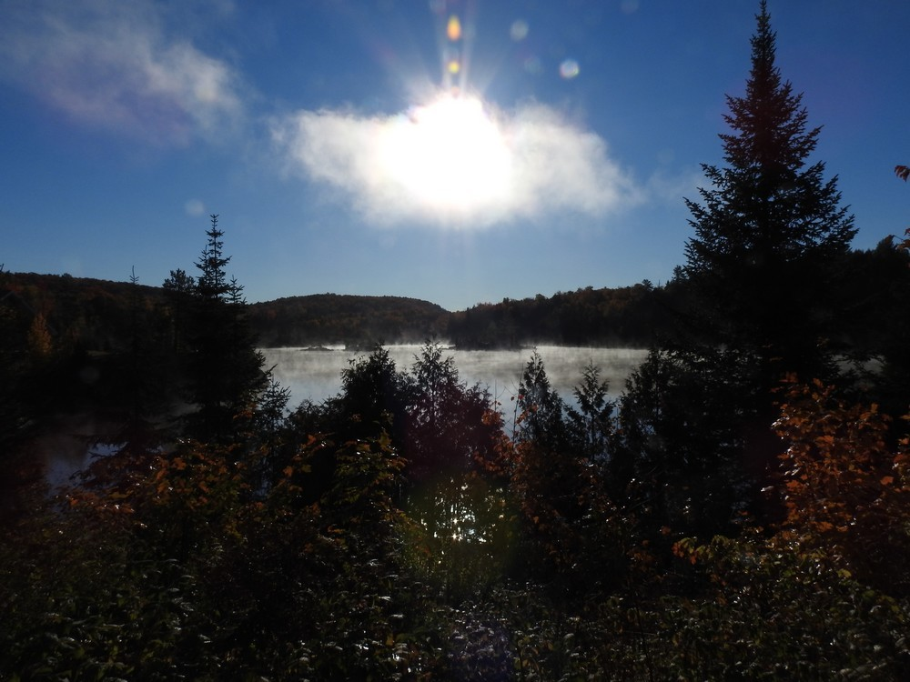 Brume sur le lac, à la pourvoirie du Lac Blanc, au Canada...