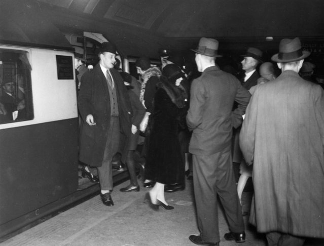 Rush hour passengers on a platform at Piccadilly Circus underground station, London, 22nd October 1933. (Photo by Sasha/Getty Images)
