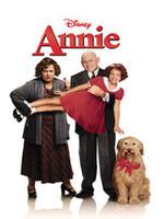 Annie est orpheline, dans un orphelinat dirigé par Miss Hannigan, une femme qui déteste les enfants. Un jour, Annie est invitée par Olivier WarBucks, un milliardaire, pour passer le réveillon de Noel. Celui-ci est d'abord effrayé de recevoir une enfant, mais eu rapidement de l'affection pour elle et désire l'adopter. Mais Annie rêve toujours de retrouver ses véritables parents dont elle ignore le décès dans un incendie, des années plus tôt. Un couple de petits truands, Rooster et Lily, intrigués par une promesse de récompense (plusieurs sommes d'argent seront versées à ceux qui retrouveront les parents d'Annie) et aidés par Miss Hannigan, la sœur de Rooster, se font passer pour ses parents afin de toucher l'offre....-----...Film de Rob Marshall Famille, comédie et comédie musicale 1999 Avec Kathy Bates, Victor Garber, Alan Cumming