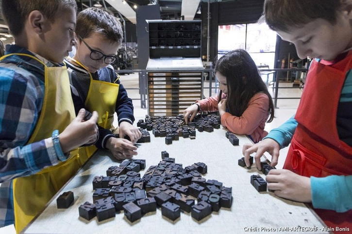 Enfants à l'atelier musée de l'imprimerie AMI