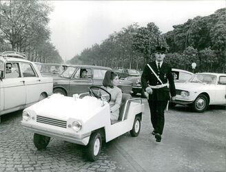 1966 et 1967 : Le tailleur bleu à boutonnage inversé. Du nouveau !