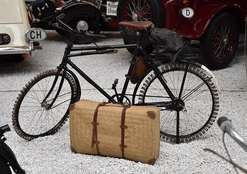... à bicyclette...!