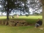 Alain, adossé à un des chênes bordant le Dolmen d'Oppagne au Sud de Wéris (Belgique wallone)