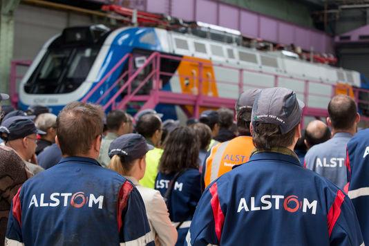 Des ouvriers de l'usine Alstom de Belfort sur la chaîne d'assemblage de motrices.