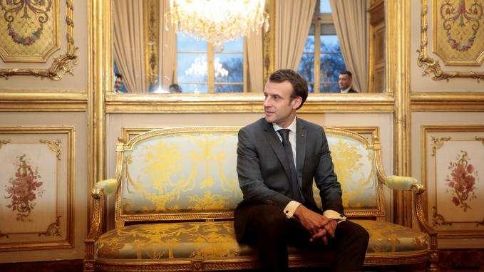 """""""Tout le monde est rincé"""" : entre ennuis judiciaires et départs, la garde rapprochée d'Emmanuel Macron montre des signes de fragilité"""