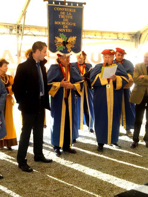 Le marché aux truffes de Bourgogne 2016, à la Maison de la Forêt, a été suivi de sympathiques intronisations