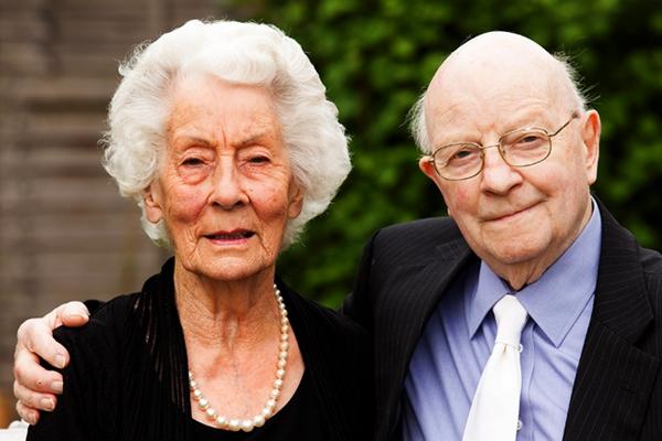 Ils sonjt inséparables depuis leur naissance et sont mariés depuis 70 ans