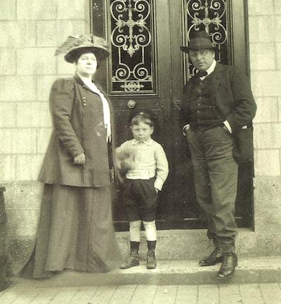 Jean Gabin avec ses parents devant la porte dentrée de la maison de Mériel.