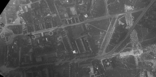 Lille - Centre-ville en 1932, future Avenue du Président Hoover, Hôtel de ville et Porte de Paris à gauche (remonterletemps.ign.fr)