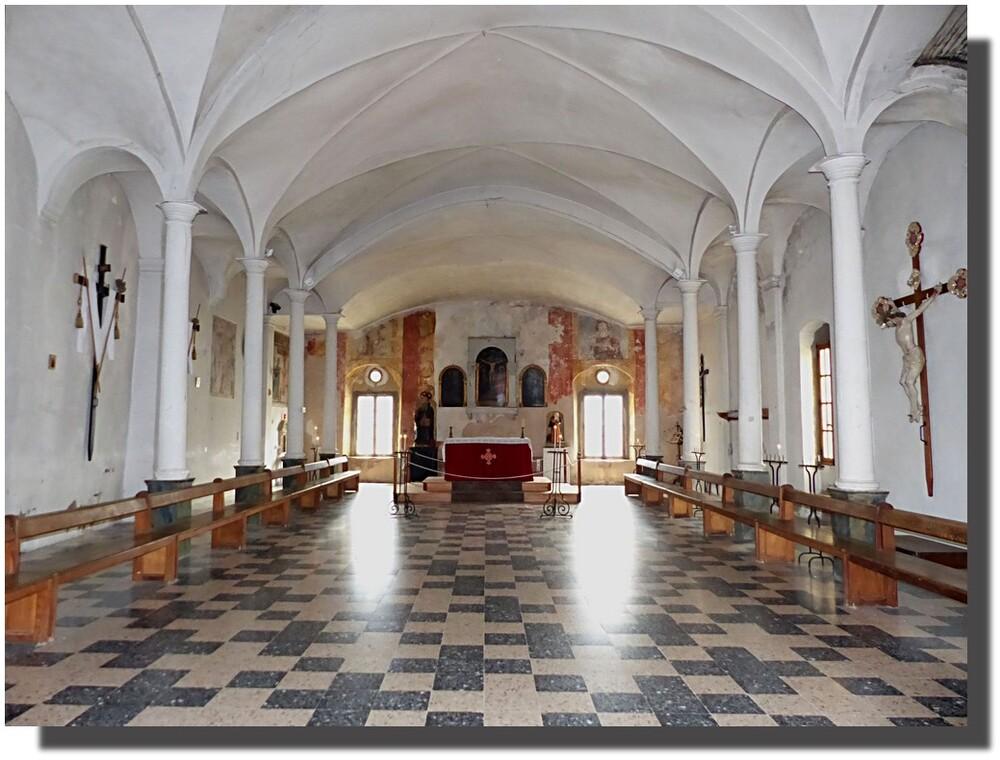 l'oratoire Saint Antoine à Calvi, au fond les deux statues et au fond à gauche une tapisserie