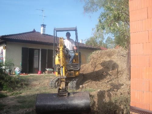 Rebouchage du trou autour de la maison..(7 sept 09)