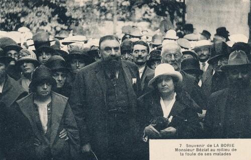 Monsieur Béziat au milieu de la foule de ses malades
