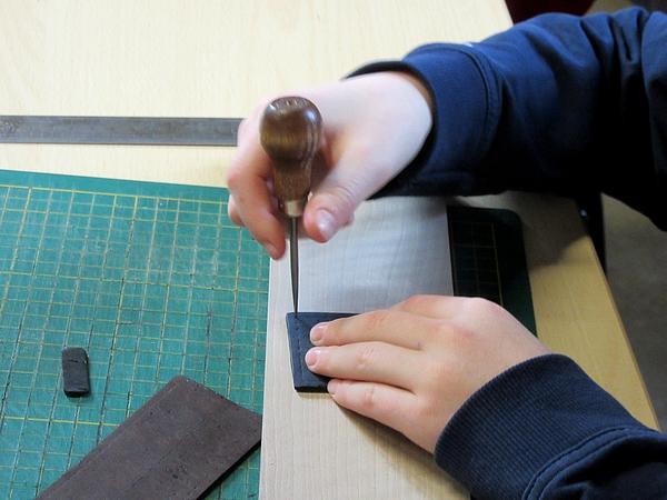 Paola Borde a fait fabriquer des porte-clefs en cuir vévétal à plusieurs enfants...et à leurs parents