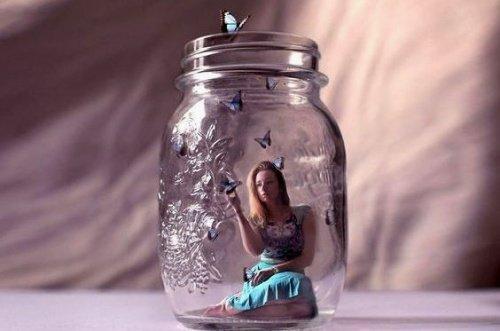Femme-dans-pot-en-verre-500x331