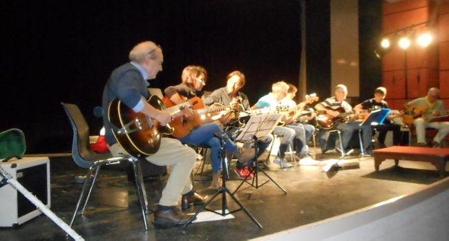 Des musiciens et des chanteurs au grand cœur ont animé le Laminoir./  Photo DDM