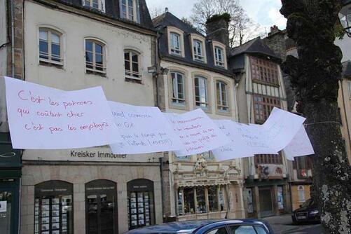 Une soixantaine d'indignés se sont retrouvés au Kiosque, face à l'hôtel de ville de Morlaix, ce samedi 9 avril, dès 18 h. Chacun était invité à s'exprimer, à tour de rôle.