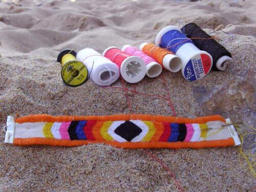 bracelet brésilien réalisé au point remordu avec du fil à coudre