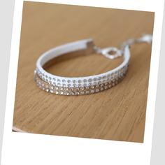 Superbe bracelet créateur tendance 2015 suedine taupe clair et blanc avec véritables strass.