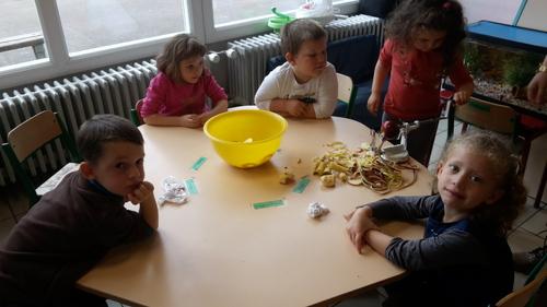 En octobre, nous avons fait de la compote de pommes....dégustée à l'occasion du goûter collectif de l'école...nous avons lavé, épluché, coupé cuit et mouliné...