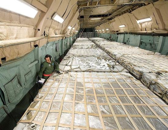 776px-C-5M_cargo_bay