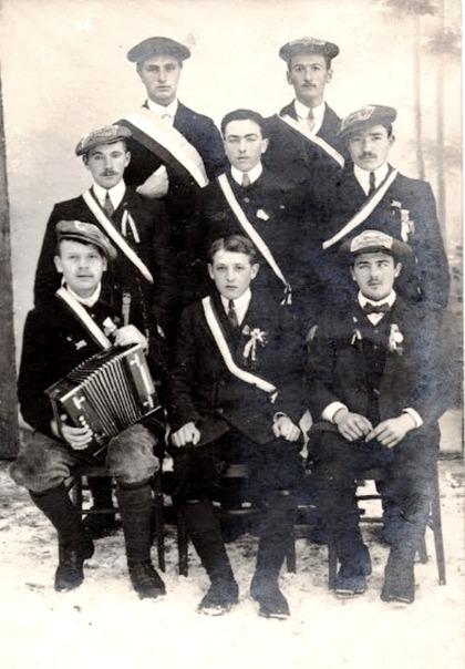 Photographie traditionnelle d'un groupe de nouveaux jeunes conscrits avec rubans et insignes (c. 1910)