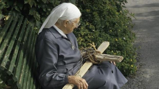 """Résultat de recherche d'images pour """"soeur emmanuelle avec une croix"""""""