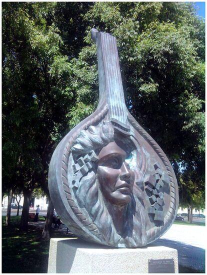 """Sculpture """" Guitarra na proa """" au bord du Tage"""