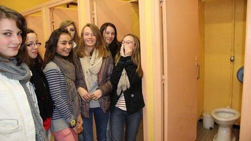 Des collégiennes s'amusent à salir les glaces des toilettes......
