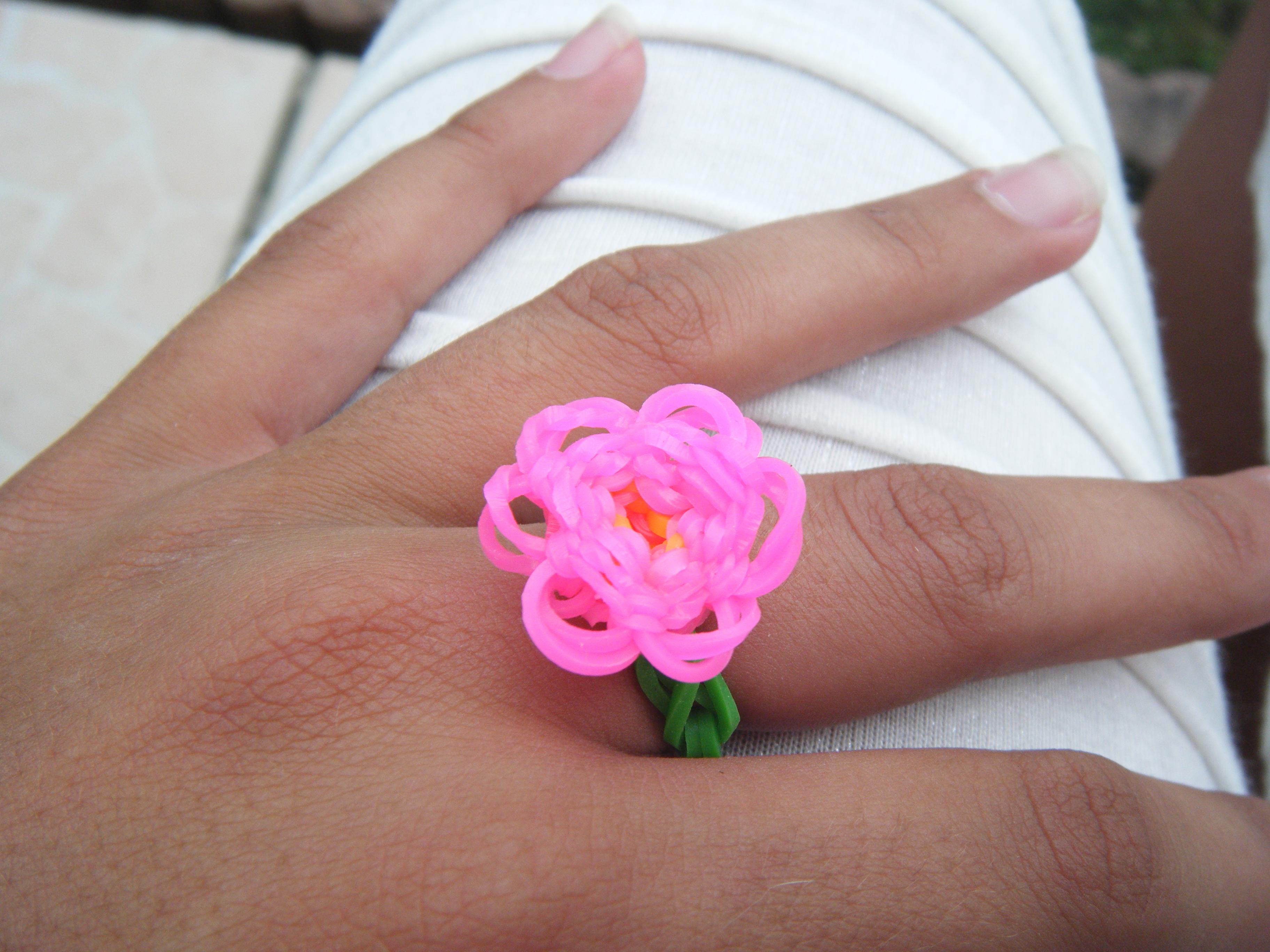 Bague en fleur loom - Comment faire une fleur en elastique ...