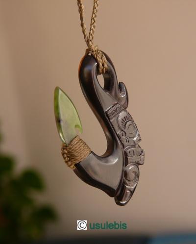 Blog de usulebis :Usulebis ,Artisan créateur de bijoux polynésiens , contact : usulebis@hotmail.fr, Pendentif Hei matau en ébène et pointe en Pounamu (Jade de Nouvelle Zélande)