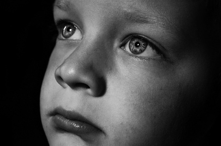 Enfant triste qui pleure- Image du Domaine publique