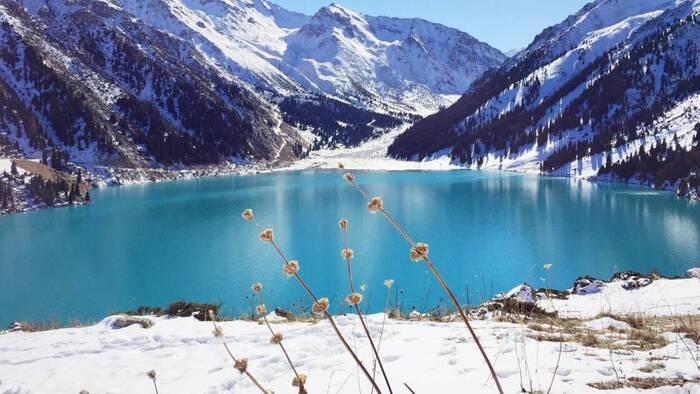 Un volcan de glace de 14 mètres apparaît soudainement au Kazakhstan Par Camille Moreau