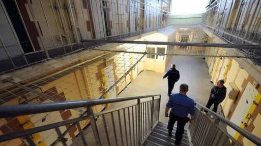 Pour éviter la propagation du coronavirus, le milieu carcéral est en alerte dans les prisons surpeuplées. À la maison d'arrêt de Saint-Brieuc (sur la photo), les détenus sont aussi soumis aux restrictions.