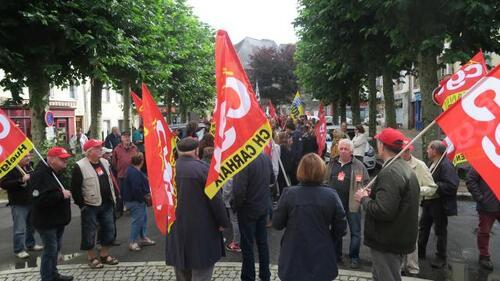 Plus de 400 personnes ont manifesté dans les rues de Carhaix, ce mardi 12septembre.