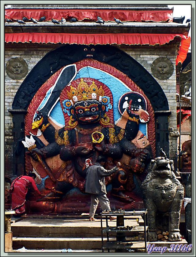 Blog de images-du-pays-des-ours : Images du Pays des Ours (et d'ailleurs ...), Bas-relief de Shiva Noir ou Kal Bhairav (Kala Bhairab) - Durbar Square - Katmandou - Népal