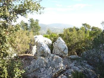 """La """"roche blanche"""" devant les lointains de Bormes"""