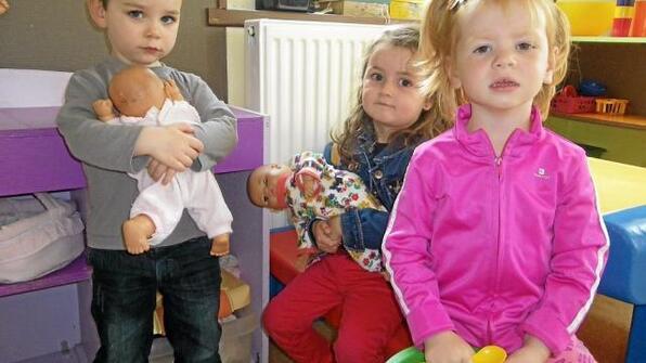 Aaron, Célia et Pauline sont prêts à accueillir leurs futurs petits camarades  et partager avec eux leurs jeux et jouets.